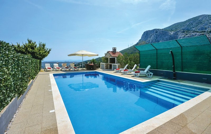 Big villa with swimming-pool & Wifi, vacation rental in Klis
