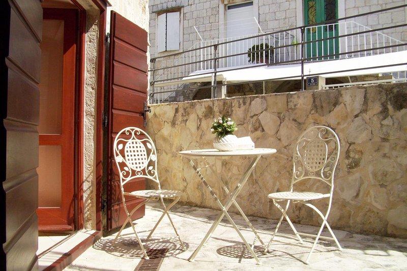 Komiza Apartment Sleeps 4 with Air Con - 5469328, holiday rental in Zena Glava
