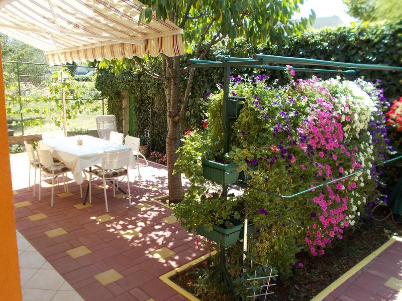 Jurlina Apartment Sleeps 5 with Air Con - 5831627, holiday rental in Seline
