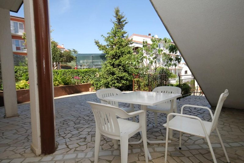 Pula Apartment Sleeps 5 with Air Con - 5467457, holiday rental in Vintijan