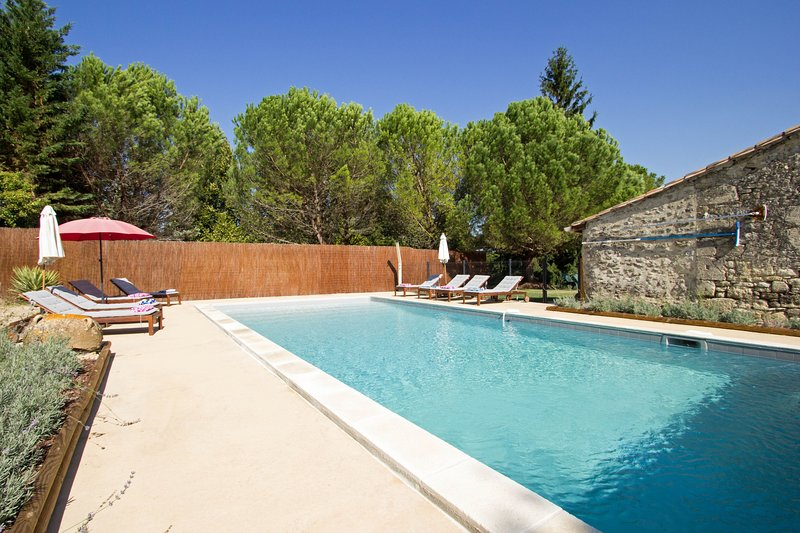 7 bedroom barn conversion. Private 11m x 5m heated secure fenced and gated pool, alquiler vacacional en Saint-Ferme