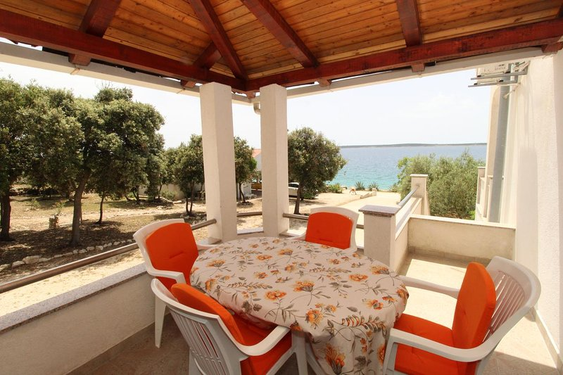 Mandre Apartment Sleeps 4 with Air Con - 5465632, casa vacanza a Kolan