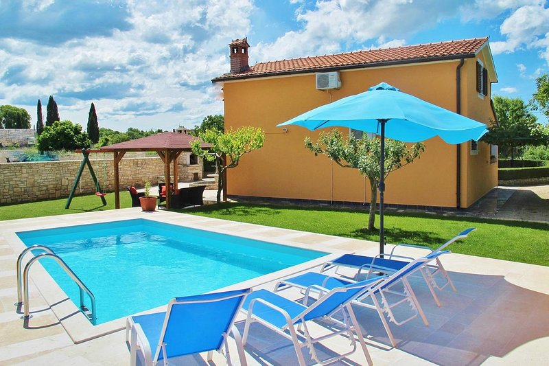 Grubisi Holiday Home Sleeps 6 with Pool and Air Con - 5467002, vacation rental in Sveti Petar u Sumi