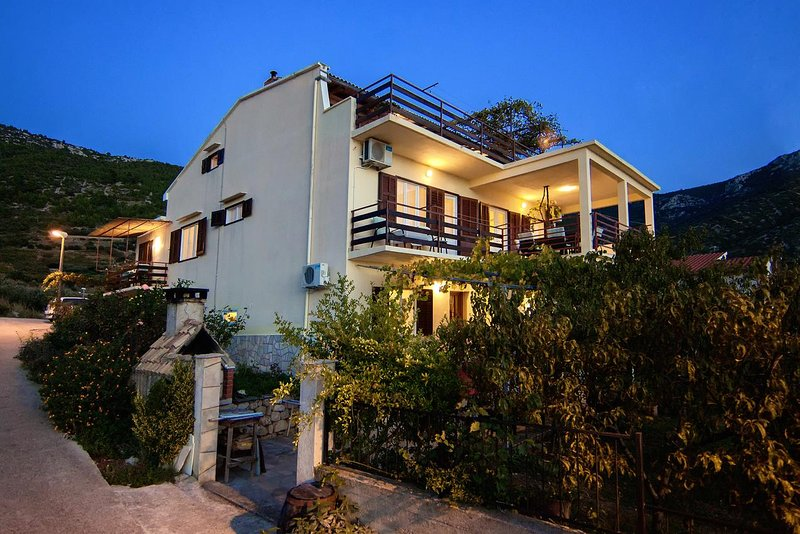 Komiza Apartment Sleeps 3 with Air Con - 5468962, holiday rental in Zena Glava