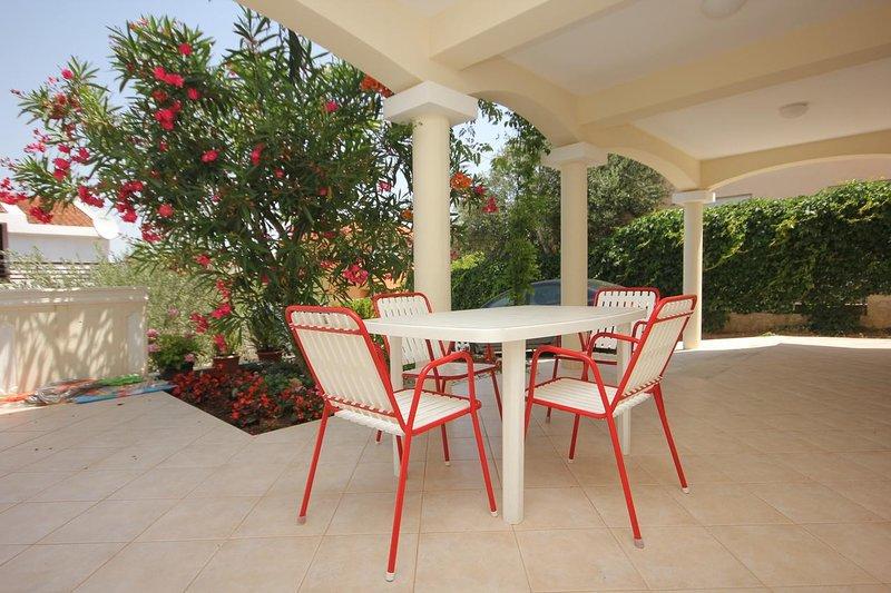 Tkon Apartment Sleeps 5 with Air Con - 5468209, vacation rental in Zizanj Island