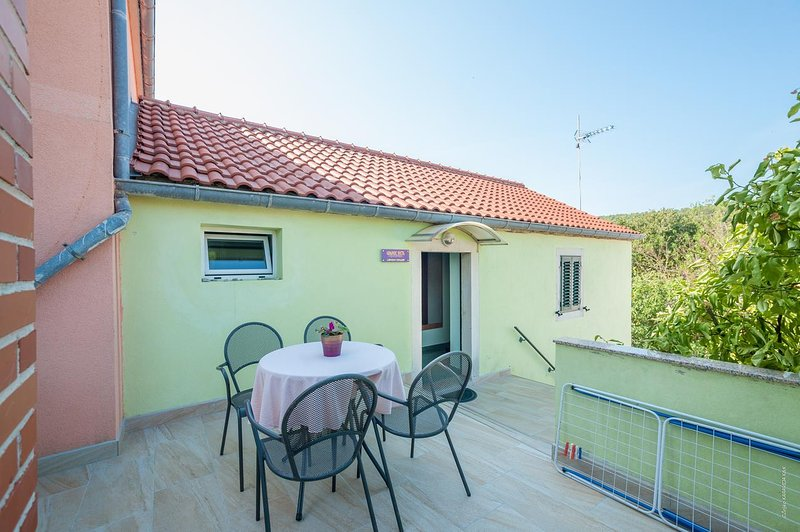 Bozava Apartment Sleeps 4 with Air Con - 5467938, alquiler de vacaciones en Bozava