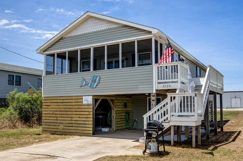 Blue Bungalow | 625 ft from the beach | Hot Tub, Dog Friendly | Kitty Hawk, location de vacances à Point Harbor
