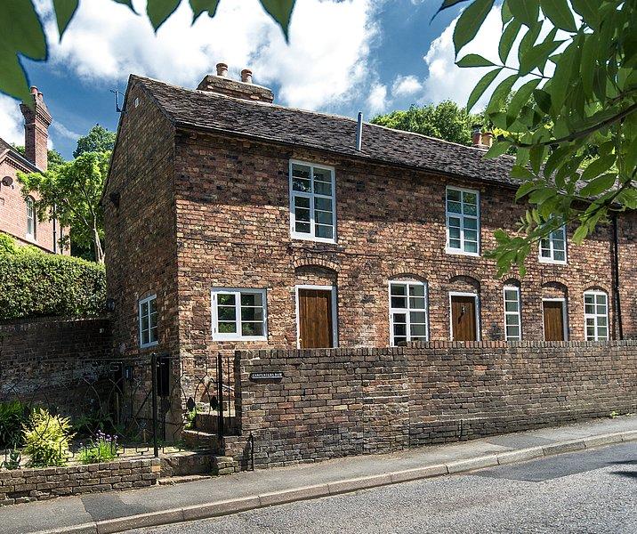 Carpenters Row Ironbridge - Comfortable, Spacious, 2 Beds, 2 Bathrooms, Parking, holiday rental in Jackfield