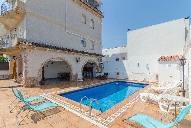 Blanes Villa Sleeps 8 with Pool Air Con and Free WiFi - 5509307, location de vacances à Blanes
