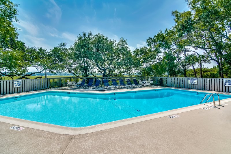 Dog friendly villa with marsh and tidal creek views - access to community pool, vacation rental in Seabrook Island