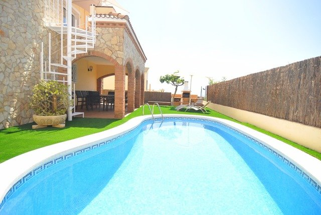 Pineda de Mar Villa Sleeps 8 with Pool Air Con and Free WiFi - 5509271, location de vacances à Pineda de Mar