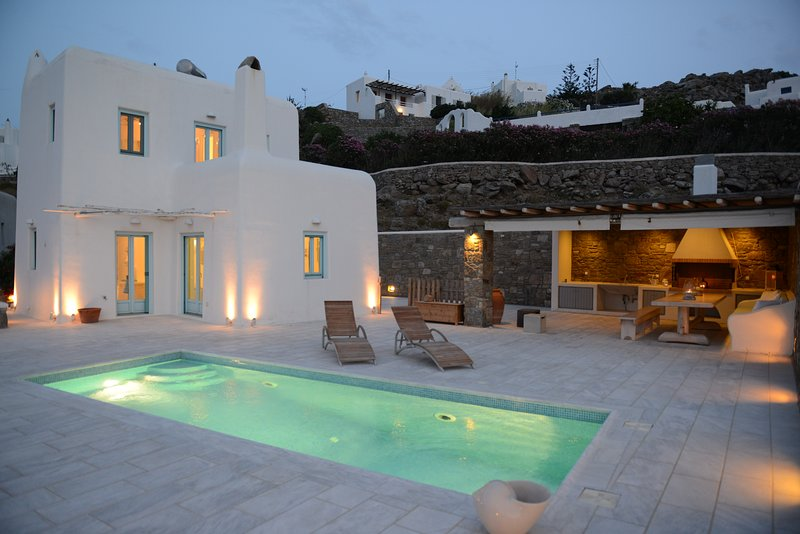 Villa Danelina, next to Ornos & Psarou Beach!, aluguéis de temporada em Ornos