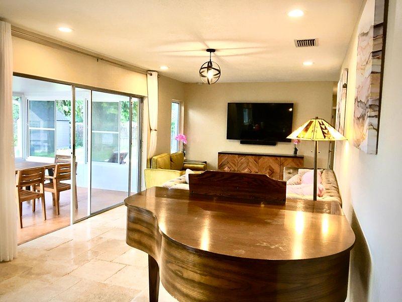 Luxuriously Updated Lakefront House, alquiler de vacaciones en Lutz