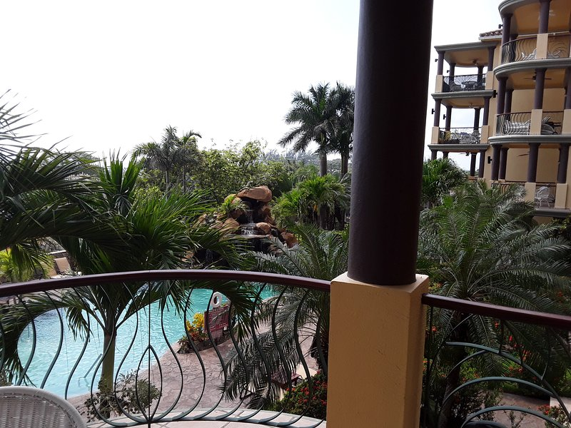 Exuberantes paisajes tropicales, piscinas y cascadas.