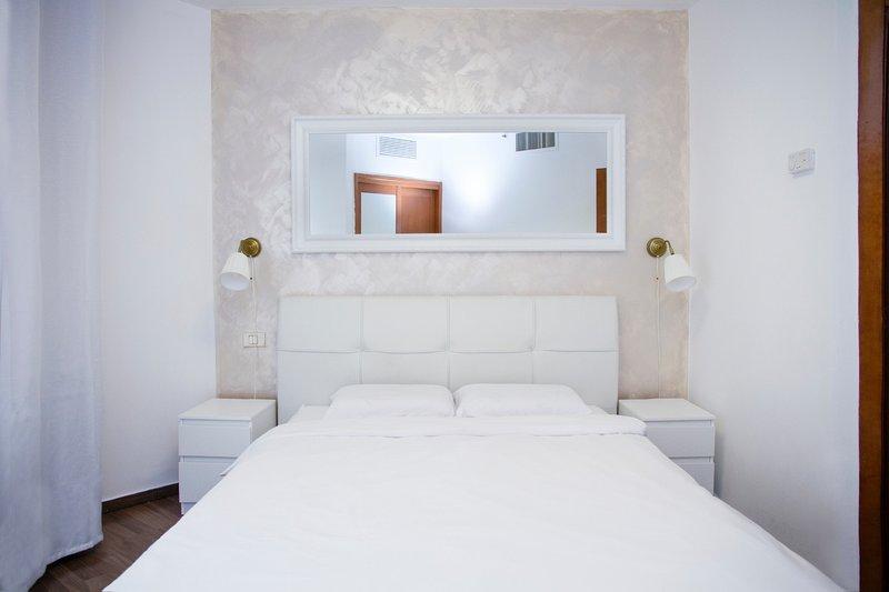 Beautiful apartment with sea view, location de vacances à Bat Yam