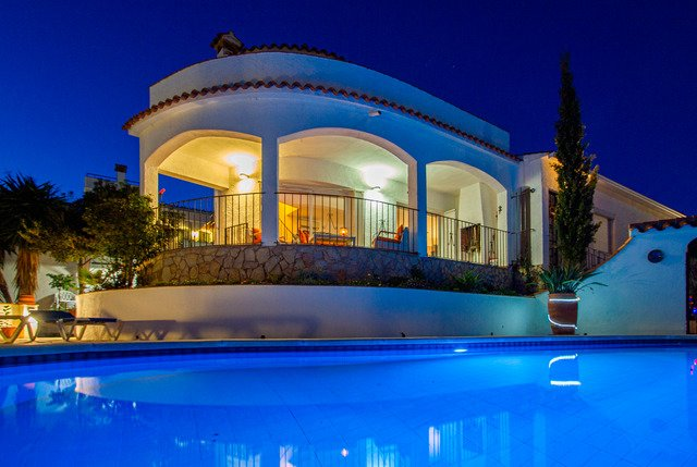 Calonge Villa Sleeps 8 with Pool Air Con and Free WiFi - 5509319, Ferienwohnung in Calonge
