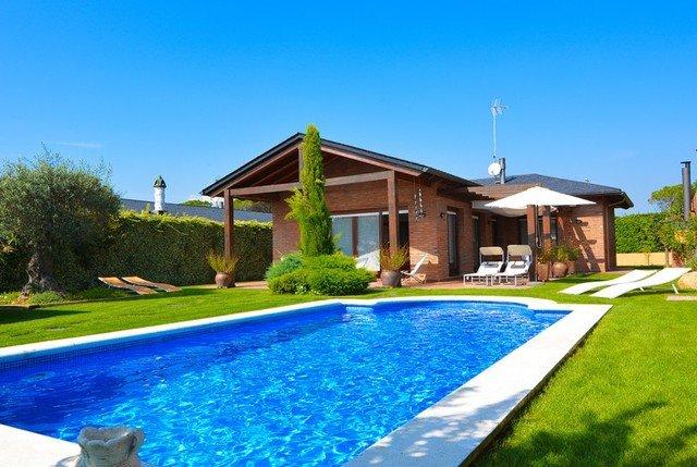 Lloret de Mar Villa Sleeps 6 with Pool Air Con and Free WiFi - 5512415, holiday rental in Santa Coloma de Farners