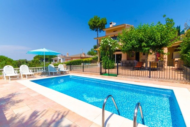 Montbarbat Villa Sleeps 8 with Pool and Free WiFi - 5571304, holiday rental in Cartella