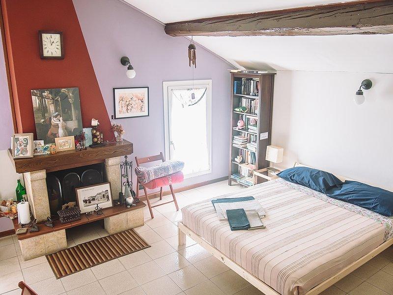 Stanza con bagno privato, ingresso indipendente, holiday rental in San Donino