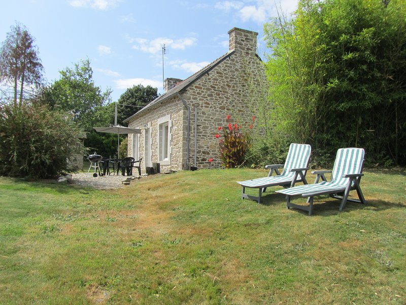 Detached child friendly cottage with large garden play area and no neighbours, location de vacances à Rostrenen