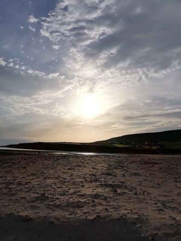 Fantastische zonsondergangen op Feathanach Beach op slechts 2 minuten rijden.