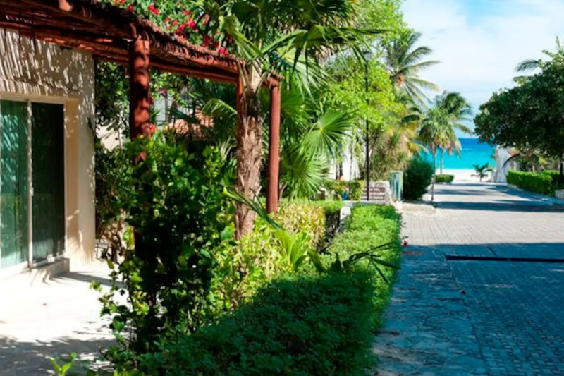 8 bedrooms and Perfect for Large Groups.., holiday rental in Playacar