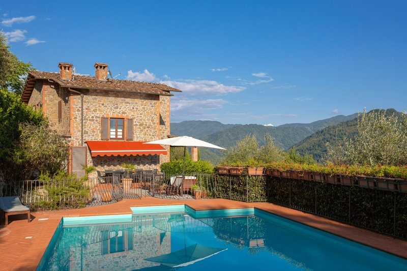 Villa Ripiano in Tuscany with Panoramic Vista & Private Pool (Sleeps 10), Ferienwohnung in Lugliano