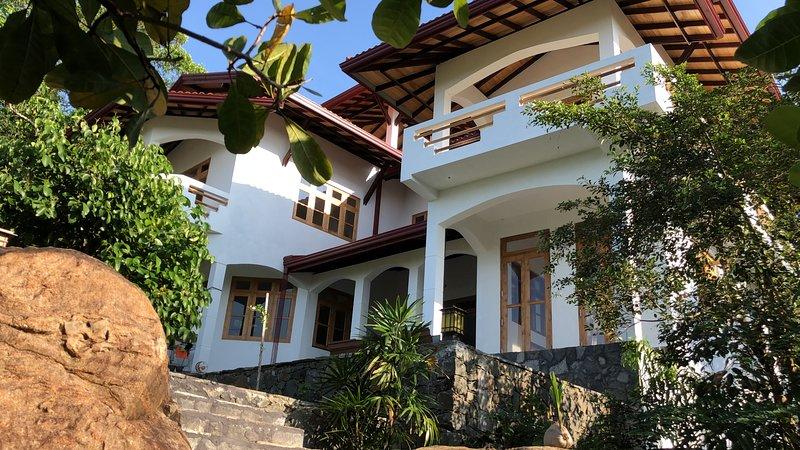 Beautiful new Villa on the Lake Hikkaduwa, holiday rental in Baddegama