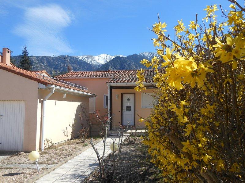 maison lumineuse plain pied dans lotissement calme, holiday rental in Fuilla