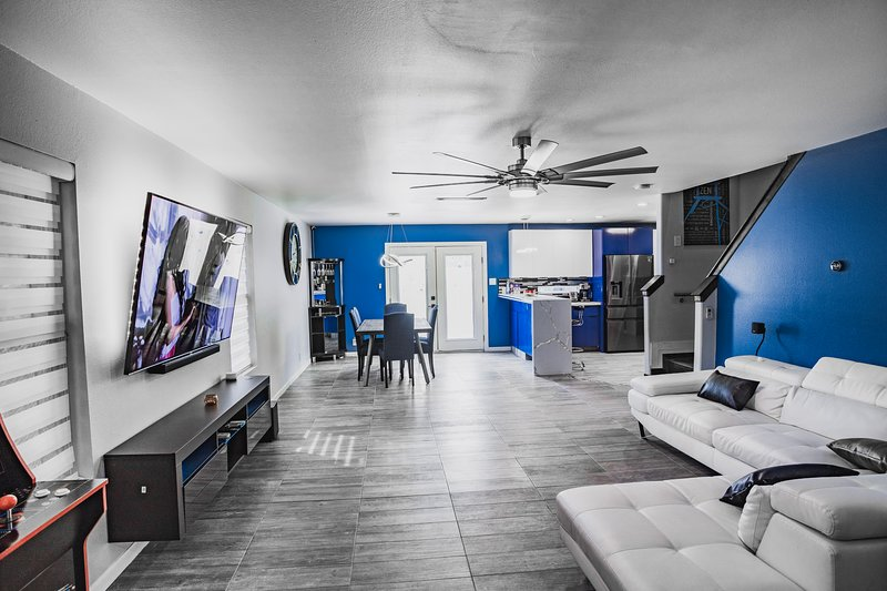 Modern Tech House, with a billiards table., location de vacances à McAllen
