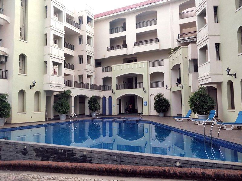 Casa Serena - Luxurious 2 Bedroom Apartment with Pool, casa vacanza a Siolim