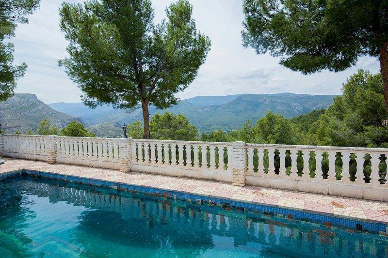 Big villa with swimming-pool, alquiler de vacaciones en Chulilla