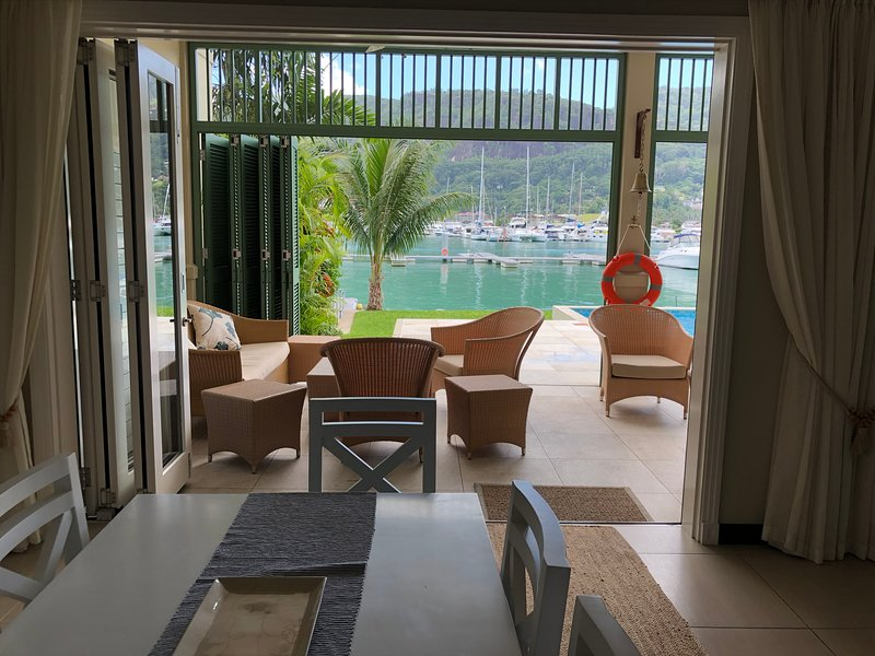 Luxury self catering maison on the waters edge, casa vacanza a Isola di Eden