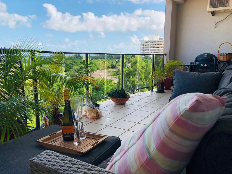 Beautiful spacious city apartment with views out to the Arafura sea, vacation rental in Darwin