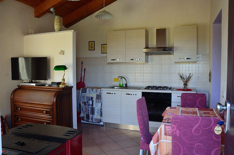 Luce Stellata - Appartamento Alcione con 2 camere da letto, location de vacances à Montedivalli Chiesa