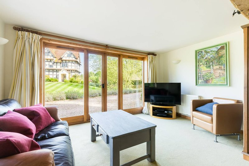 COSY TRANQUIL BARN  COTSWOLDS WARWICK BROADWAY STRATFORD CHELTENHAM MALVERN NEC, holiday rental in Coughton