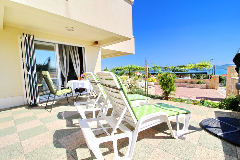 Apartments Gusti - Studio Apartment with Terrace and Sea View, casa vacanza a Drace