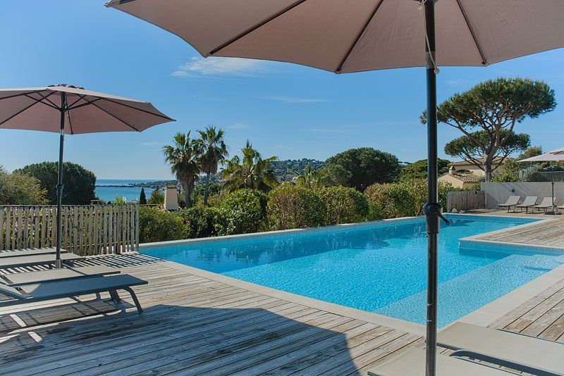 LES CAPS DE LA MOUTTE  COTTAGE SEA VIEW HEATED POOL 400 METERS TO THE BEACH, holiday rental in Sainte-Maxime