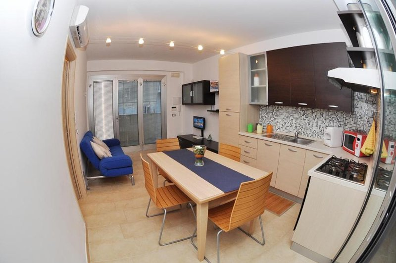 Beautiful apartment with sea view, vacation rental in Punta Braccetto