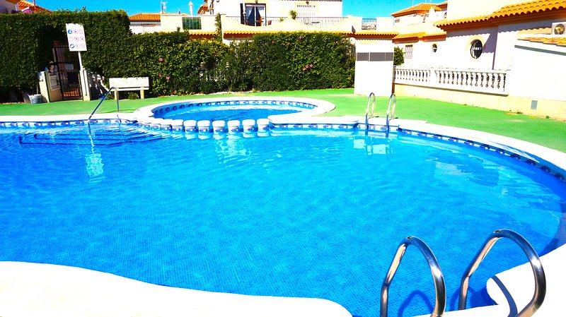 3 Bedroom Villa / Wi-Fi / A/C / Communal Pool - Fully Gated / Playa Flamenca, alquiler vacacional en Playa Flamenca
