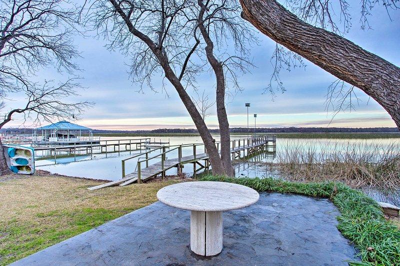 Waterfront Lake Worth Escape w/ Private Dock+Patio, location de vacances à Springtown