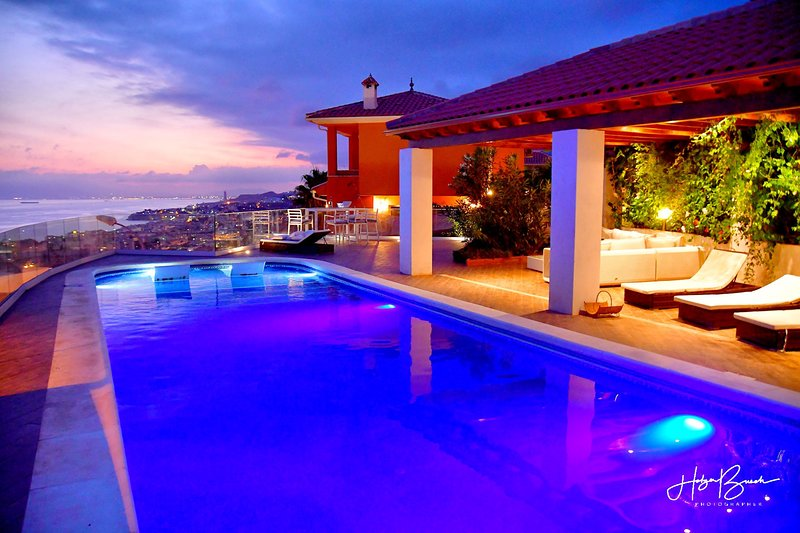 Villa 'Rincon del Mar' with panoramic and magnificent beach & sea view, alquiler vacacional en Benagalbón