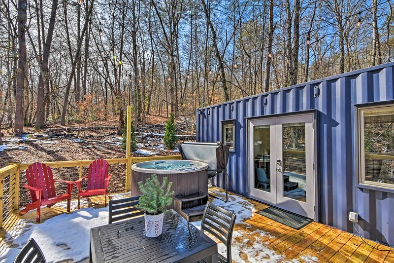 'The Container at Camp Toccoa' Tiny Home + Hot Tub, casa vacanza a Epworth