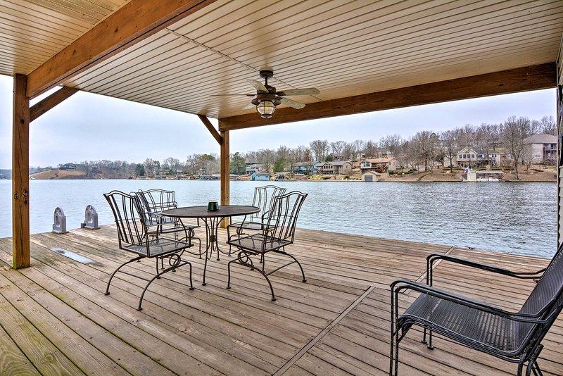 NEW! Bella Vista Home w/ Swim Deck on Loch Lomond!, casa vacanza a Pineville