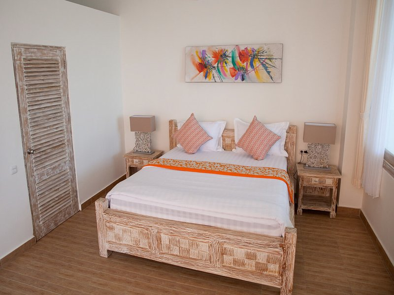 DeLux Double Room in 11-bedroom compound with seaview veranda, vakantiewoning in Tejakula