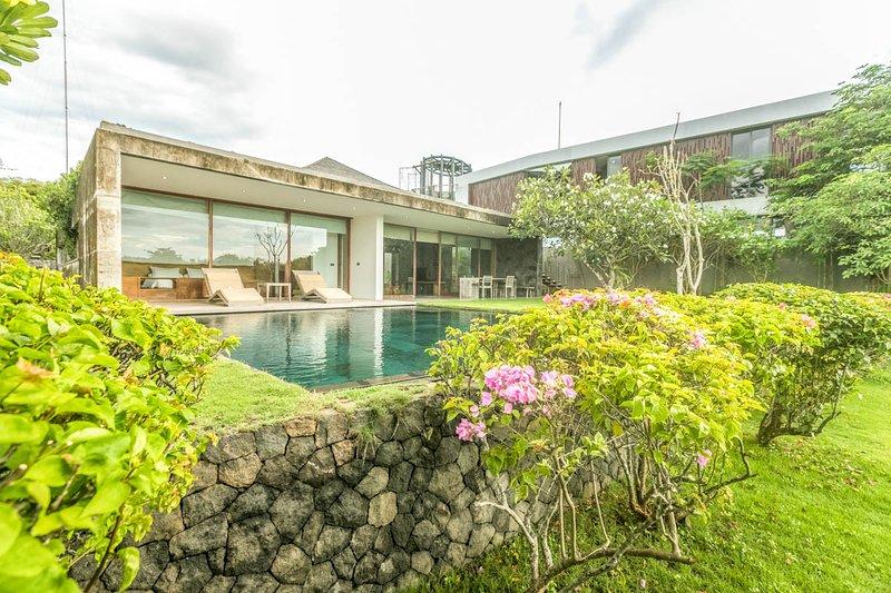 Kesambikembar Villa Sleeps 6 with Air Con - 5791721, casa vacanza a Cengiling