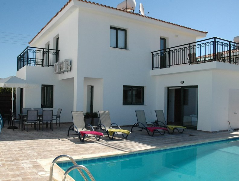 Kissonerga Villa Sleeps 6 with Pool Air Con and WiFi - 5702012, vacation rental in Kissonegra