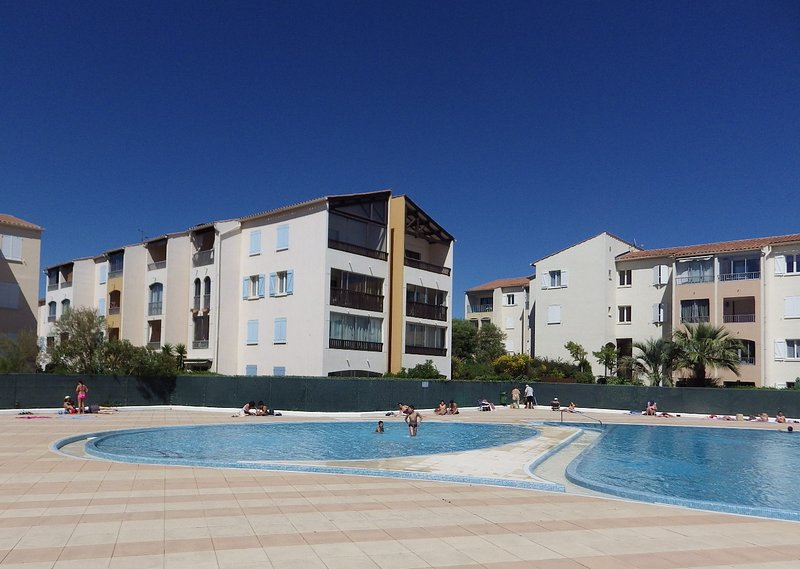Fréjus : Studio moderne, garage, tennis & piscine en saison, vacation rental in Fréjus
