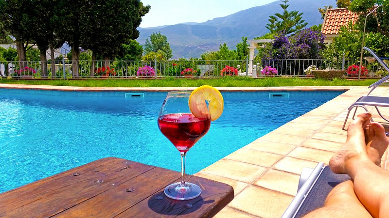Classic Andalusian Villa, surrounded by Orange Trees, Fountains, Gardens & Pool, holiday rental in Carataunas