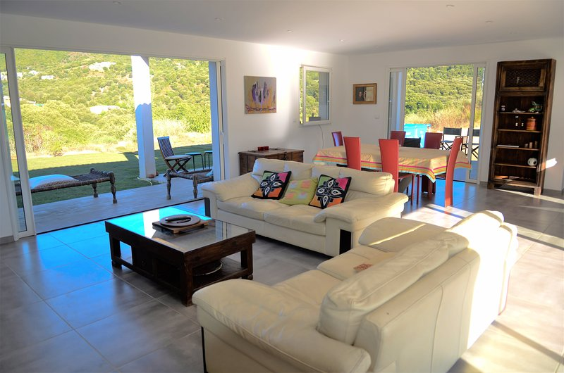 Very beautiful villa in residence 10 minutes from Ajaccio and beaches, vacation rental in Alata